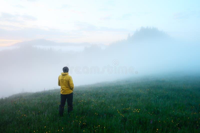 Samotny turysta w żółtej kurtce zdjęcie royalty free