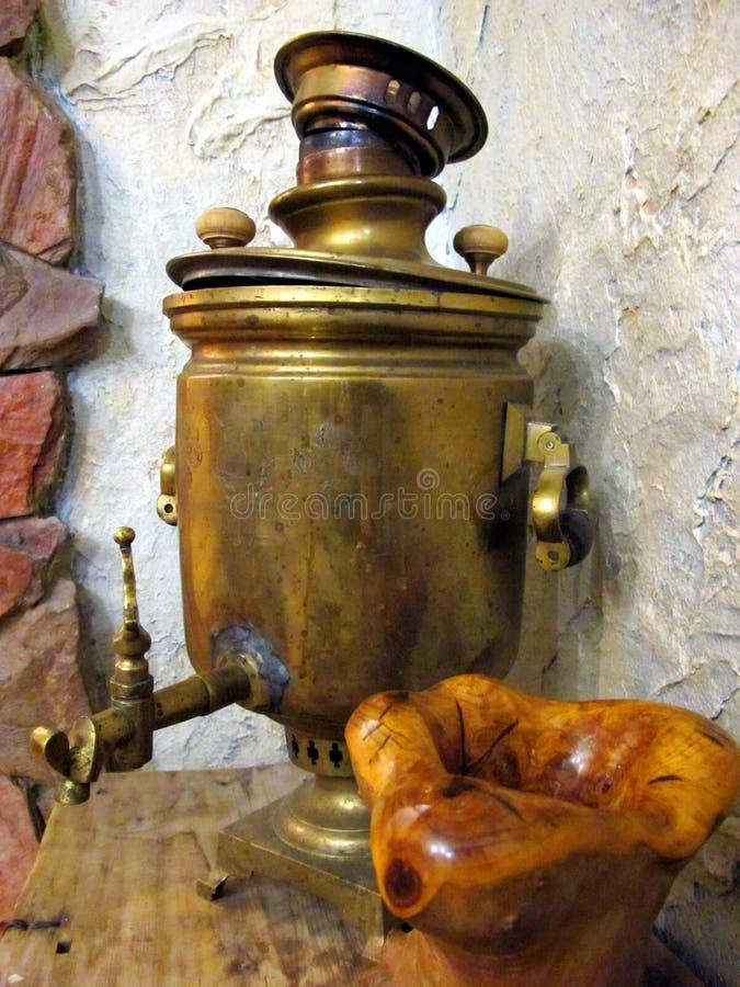 Samovar antiguo de cobre, en el estilo ruso Está en la casa rusa vieja fotografía de archivo