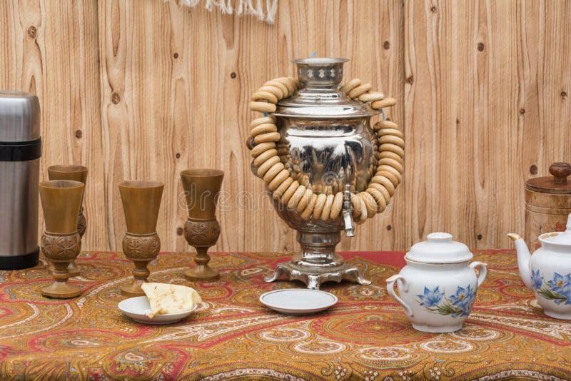 Samovar, bagel ed insieme di tè immagini stock