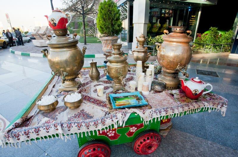 Samovar, calderas de té y teteras en la tabla para los refrigerios cerca de la alameda de compras fotografía de archivo