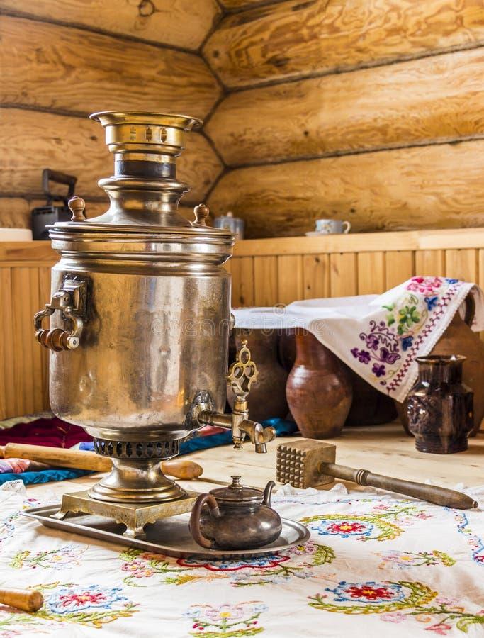 Samovar dans la cuisine photos stock