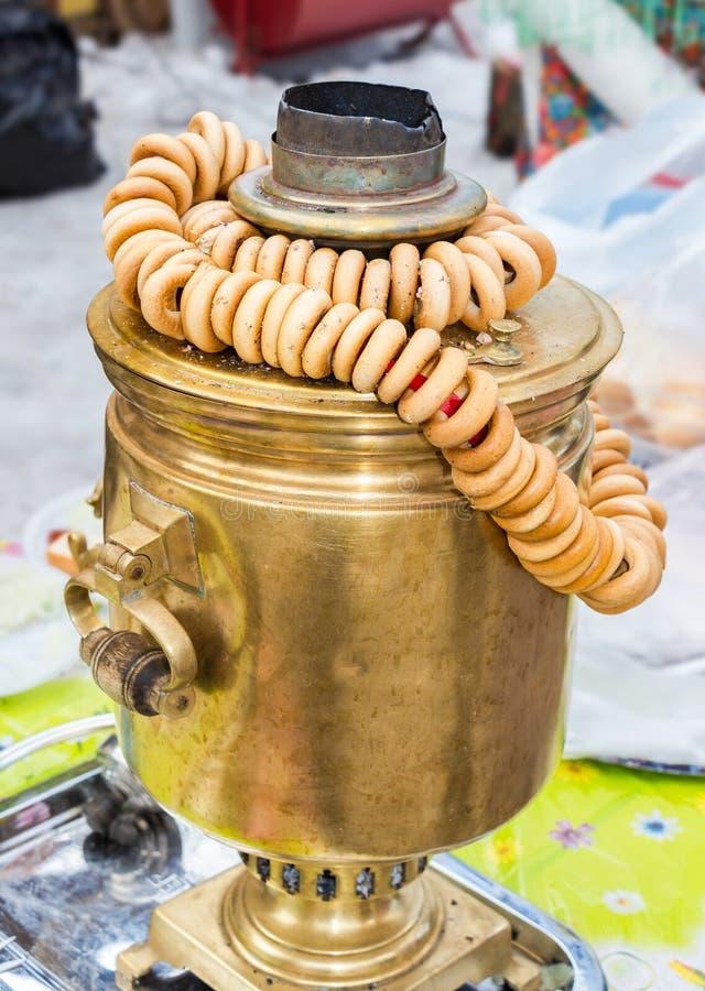 Samovar de cuivre russe traditionnel pour le thé buvant avec des bagels image stock