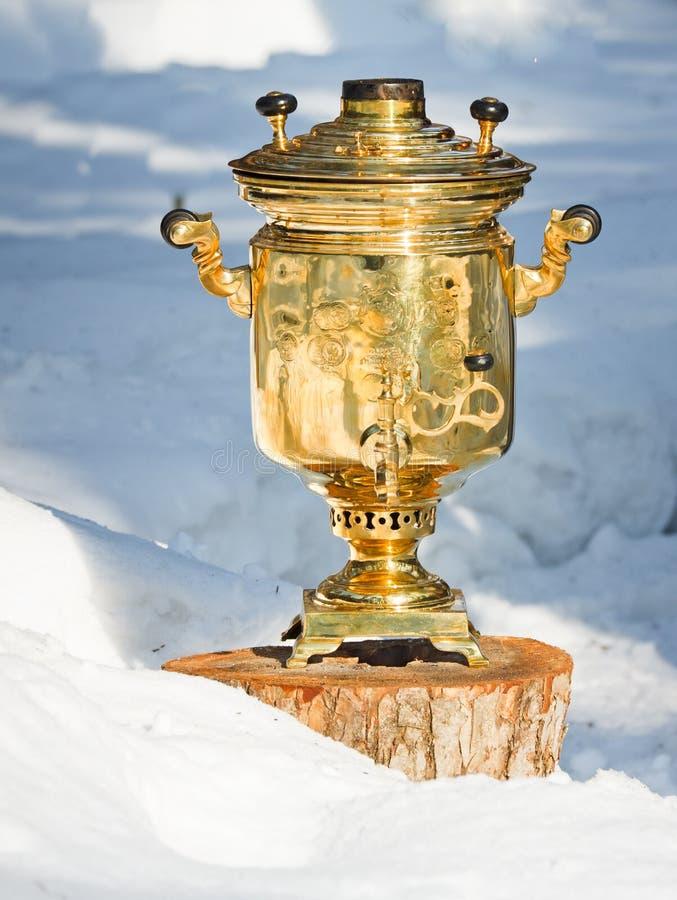 Samovar in de sneeuw stock afbeeldingen