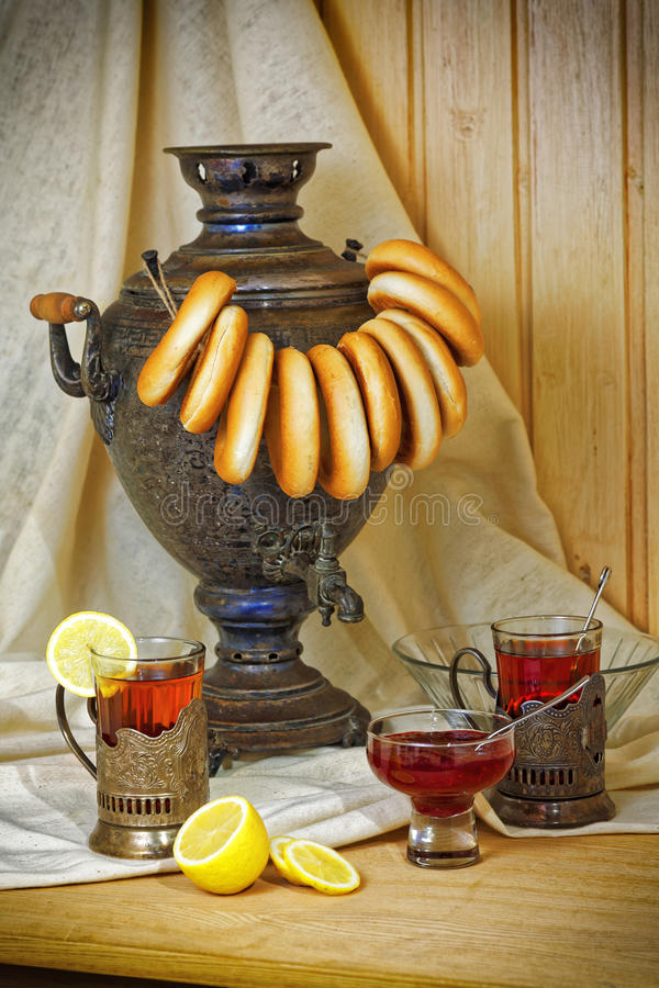 Samovar do russo, chá com o limão em vidros lapidados com suportes de copo e bublik Foto matizada no estilo do vintage imagens de stock