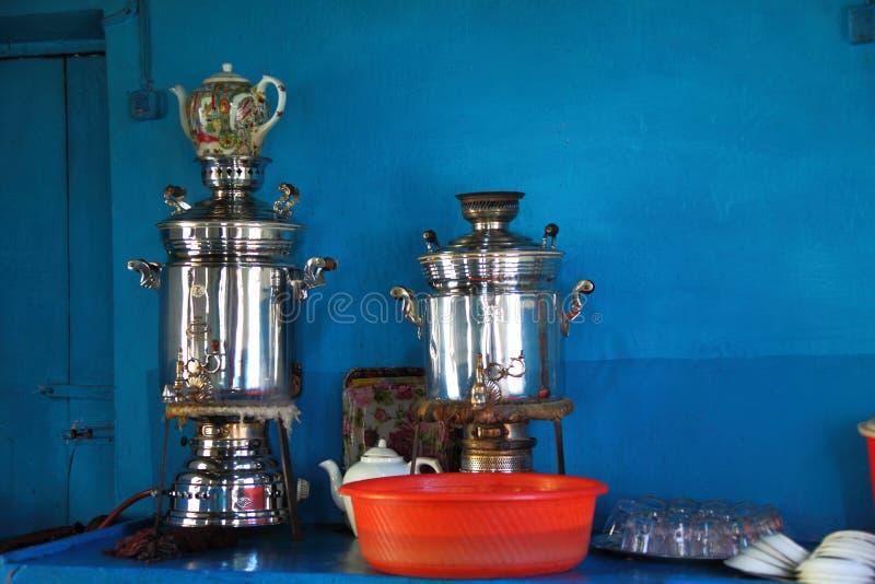SAMOVAR - Gammal samovar - gammalt kafé royaltyfri foto