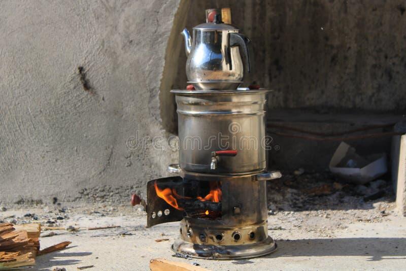 Samovar lagar mat te på picknicken arkivbild