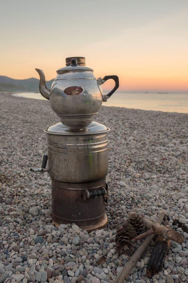 Samovar pasado de moda turco para el té breewing imagen de archivo