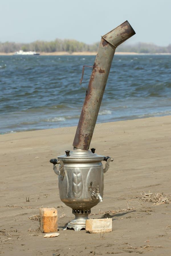 Samovar près de rivière image stock