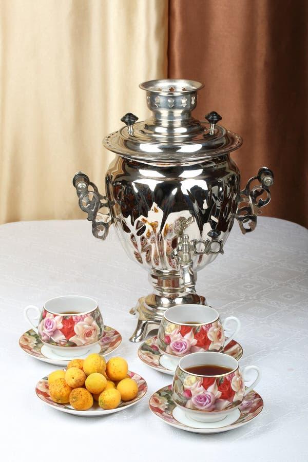 Samovar ruso tradicional con las tazas de la porcelana de té en una tabla imagen de archivo