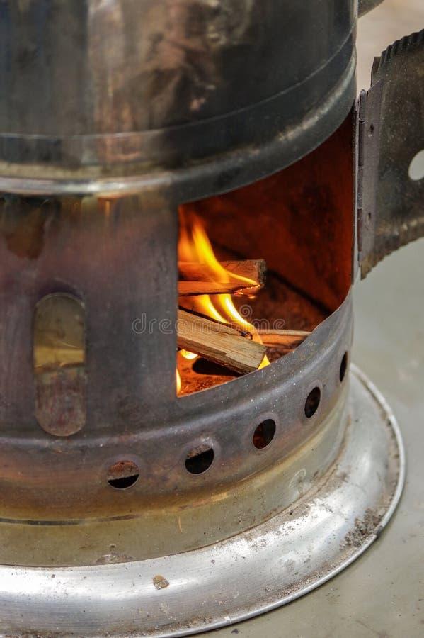 Samovar russa antica con fuoco aperto Un dispositivo per produrre tè immagine stock libera da diritti