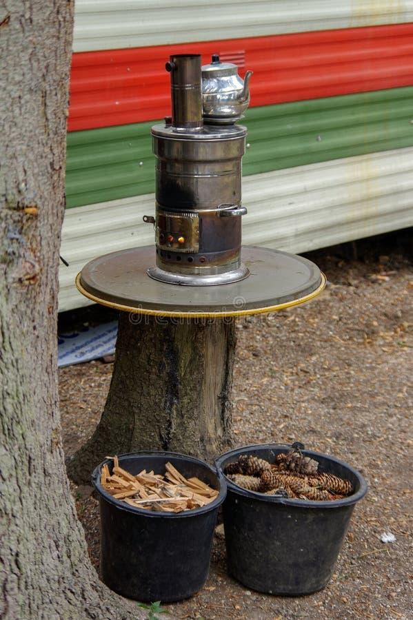 Samovar russa antica con fuoco aperto Un dispositivo per produrre tè fotografia stock