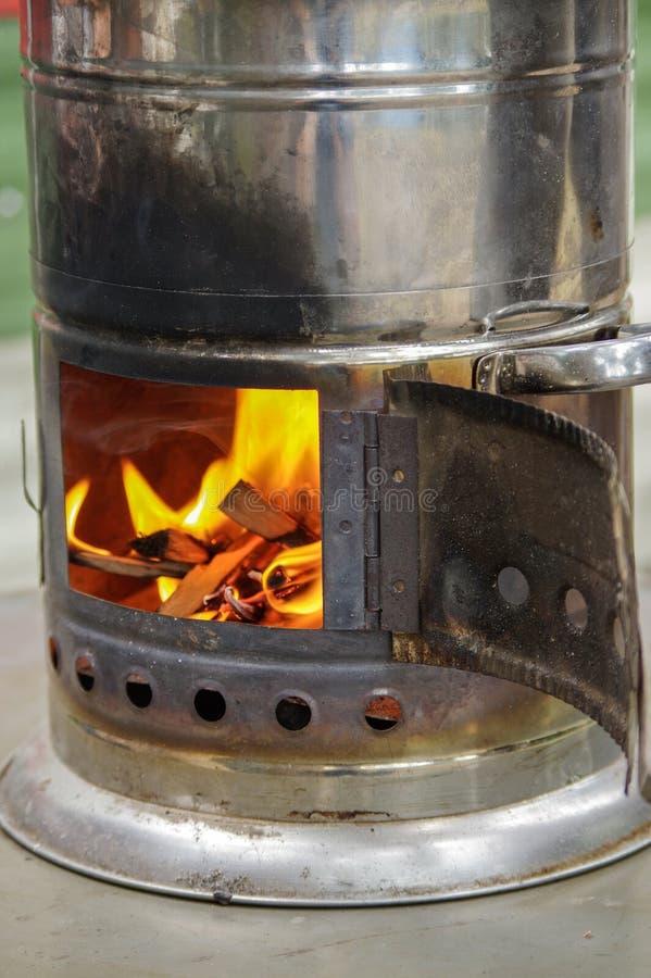 Samovar russa antica con fuoco aperto Un dispositivo per produrre tè fotografia stock libera da diritti