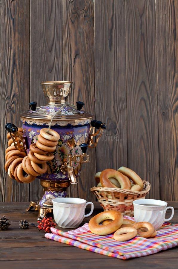 Samovar russe antique avec une grande tasse de thé photo libre de droits