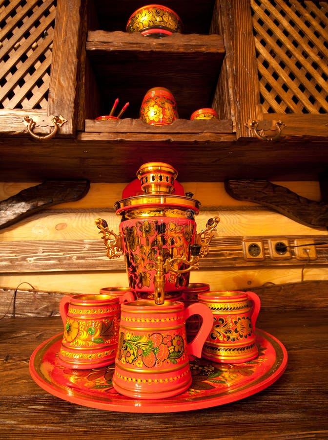 Samovar russe traditionnel avec des cuvettes images libres de droits