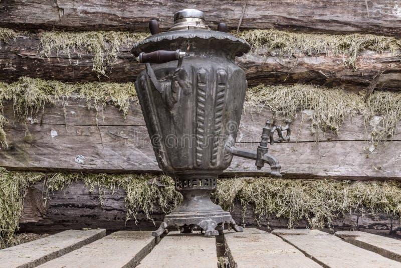 Samovar tradicional ruso del metal de la antigüedad del té recuerdo fotos de archivo