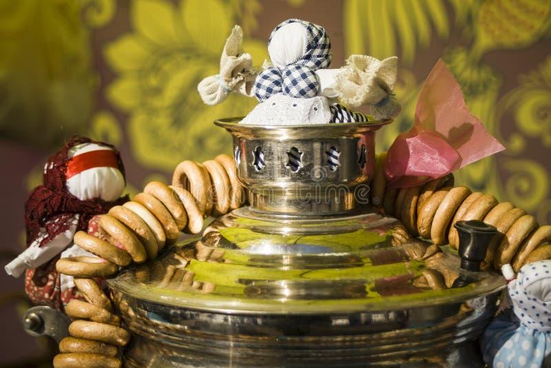 samovar Tradition russe du boire de thé Bonbons russes à bagels pour le thé Bouilloire peu commune Beau russe photo stock