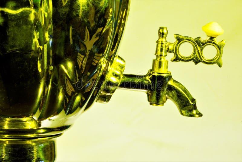 Samowar — metalu naczynie dla wrzącej wody i robić herbaty Herbata pije przy samowarem — cecha Rosyjski tradycyjny życie obraz stock