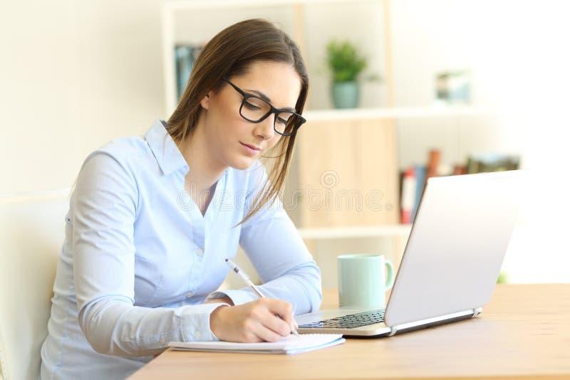 Samozatrudniający się bierze notatki w domu obraz stock