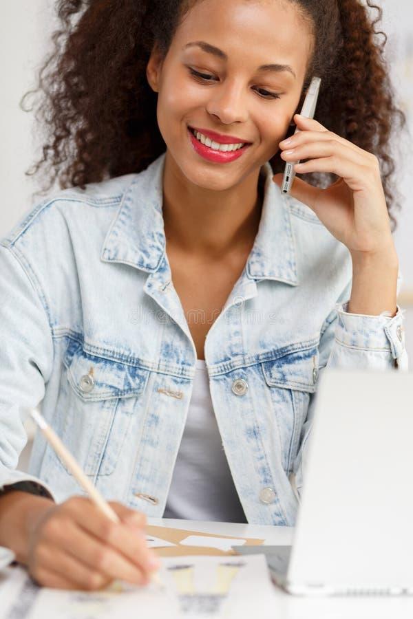 Samozatrudniający się kobiety opowiadać obrazy stock