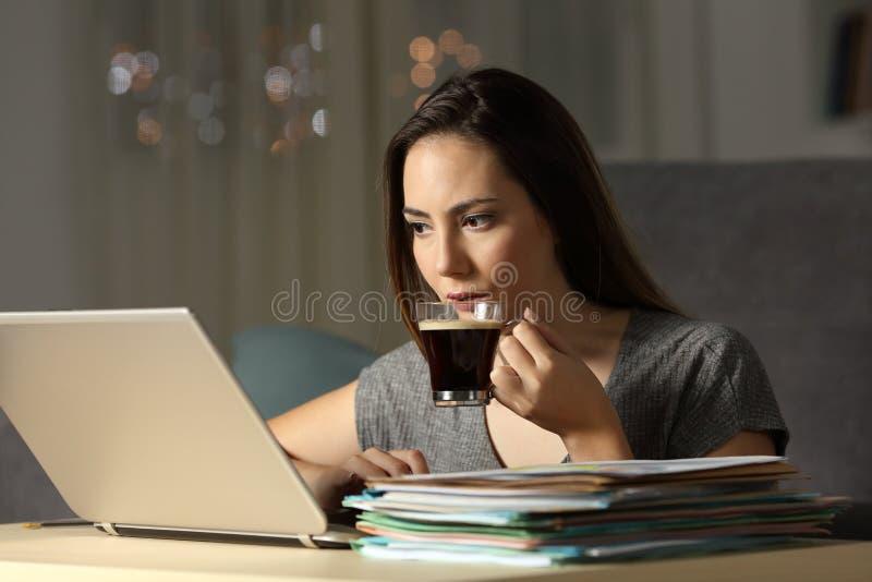 Samozatrudniający się pracujące opóźnione godziny w nocy obrazy royalty free