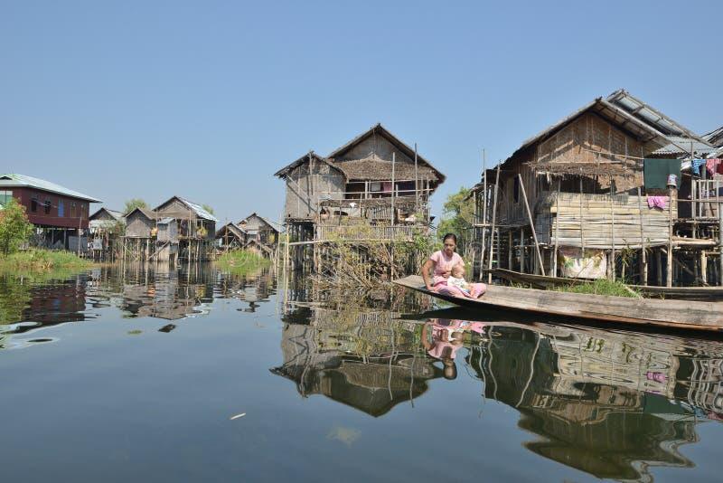 Ξύλινο Sampan κανό του Μιανμάρ στο κανάλι στοκ εικόνες