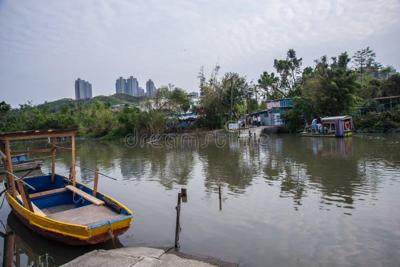Sampan στην αγροτική λίμνη στοκ φωτογραφίες