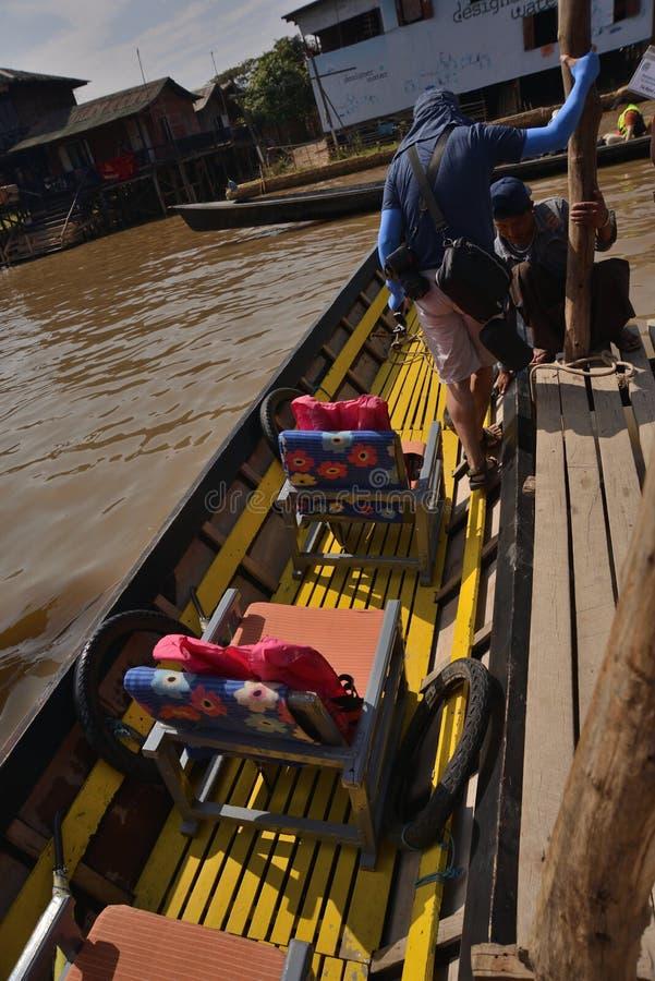 Ξύλινο Sampan κανό του Μιανμάρ στο κανάλι στοκ φωτογραφίες