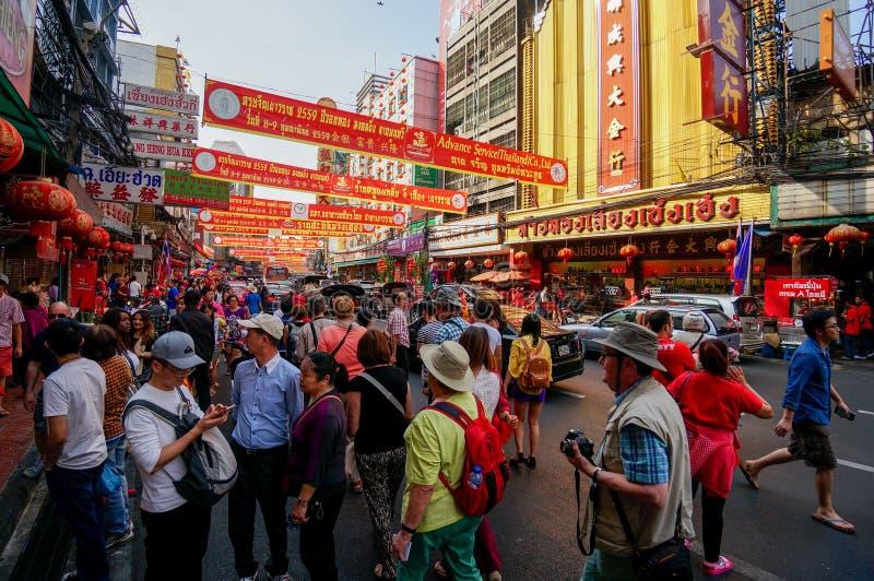 SAMPHENG BANGKOK - FEBRUARI 7, 2016 - en folkmassa av folk strövar omkring gatan av Sampheng under berömmen av det kinesiska nya  royaltyfri foto