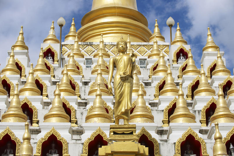 Samphutthechedi dichtbij Wat Mani Phraison-tempel, stad van Mae Sot, Tak-provincie, Thailand royalty-vrije stock foto