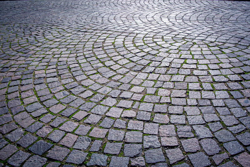 Sampietrini: Итальянская традиционная вымощенная городская дорога стоковые фотографии rf