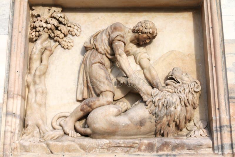 Samson che uccide il leone immagini stock