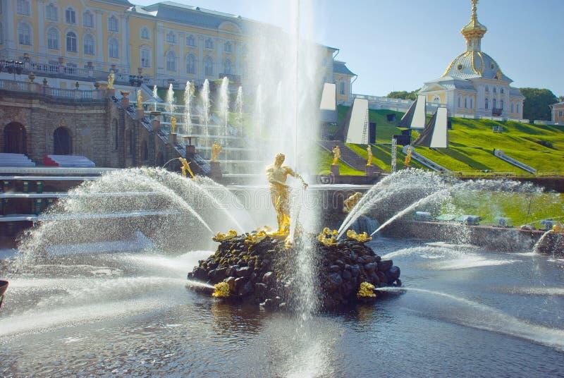 Samson Fountain dans le palais de Peterhof images stock
