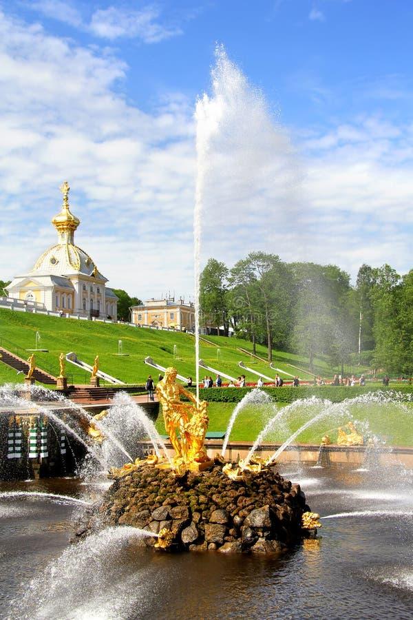 Download Samson Fountain In Peterhof-Paleis Stock Foto - Afbeelding bestaande uit goud, ensemble: 39103378