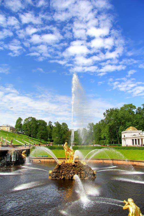 Download Samson Fountain In Peterhof-Paleis Stock Foto - Afbeelding bestaande uit fontein, historisch: 39103474