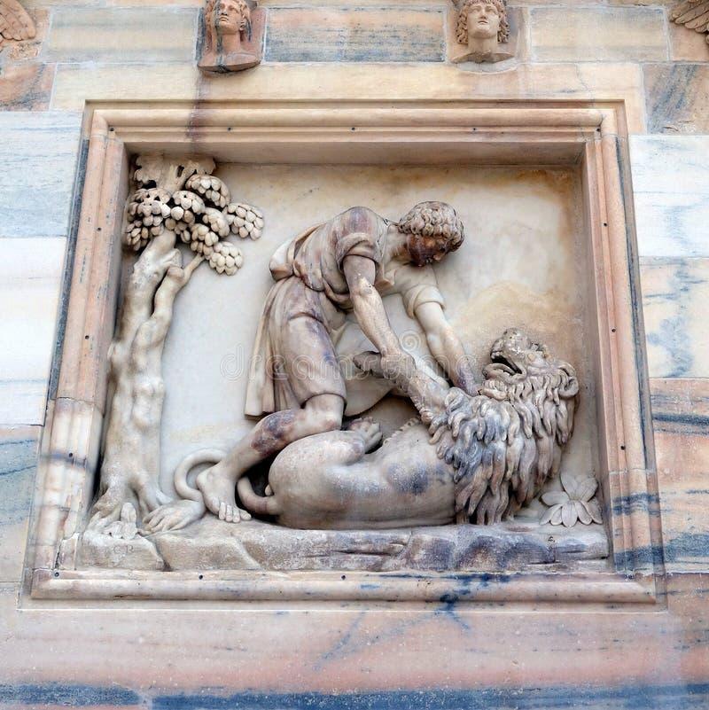 Samson Killing Lion, Milan Cathedral, Italia fotografía de archivo libre de regalías