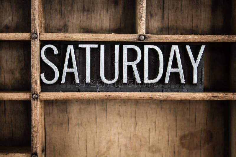 Samstag-Konzept-Metallbriefbeschwerer-Wort im Fach stockfotos