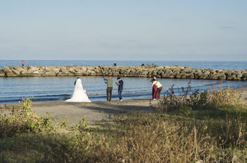 Samsun, Турция - 2-ое октября 2016: Стрельба фотографии свадьбы на пляже стоковое фото rf