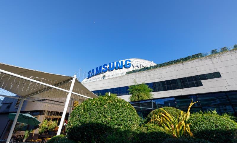 Samsung-embleem bij de bouw van SM Aura Premier, Winkelcomplex in Taguig, Filippijnen stock foto's