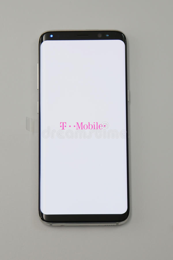 Samsung försorterar den nyaste telefongalaxen S8 som nu levereras till T-Mobile, kunder fotografering för bildbyråer