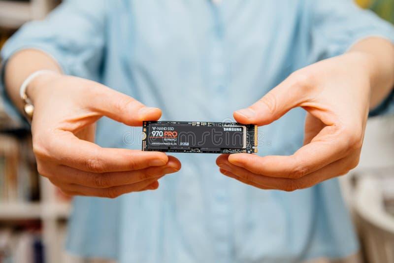 Samsung 870 favorable en manos de la muchacha de la mujer las TIC imagen de archivo libre de regalías