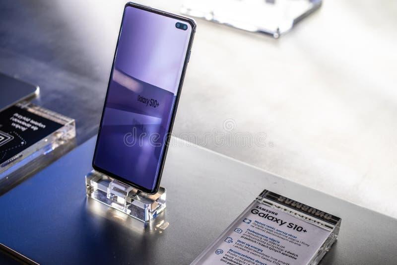 Samsung Galaxy S10+ plus le smartphone, caract?ristiques de pr?sentation de Samsung S10+ avec Android ? la salle d'exposition de  photo libre de droits