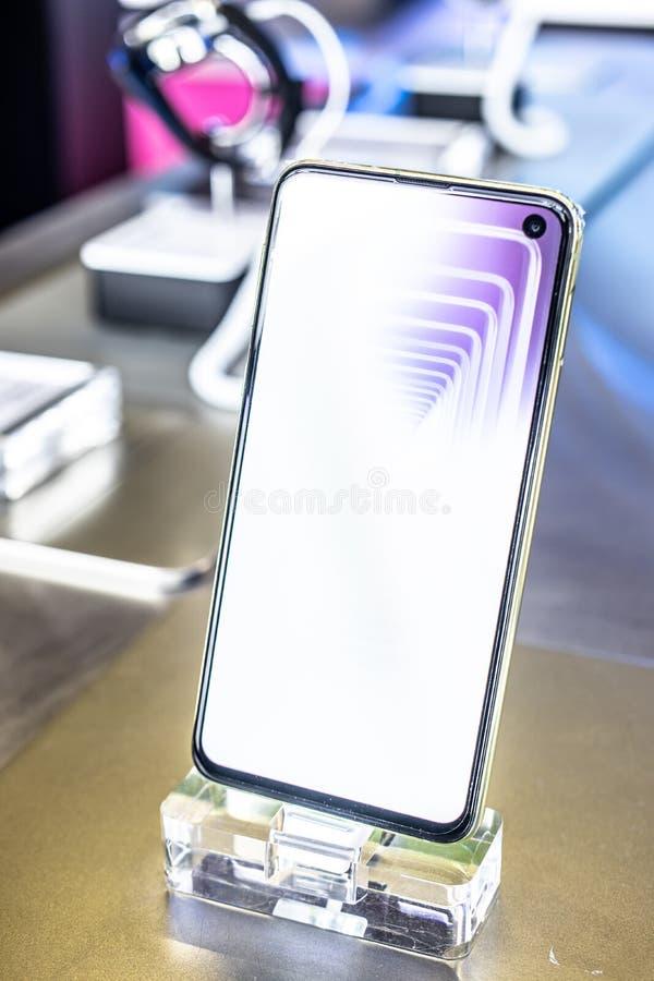 Samsung Galaxys10e smartphone, presentatieeigenschappen van Samsung S10e met Android bij Samsung-de toonzaal van het tentoonstell royalty-vrije stock afbeelding