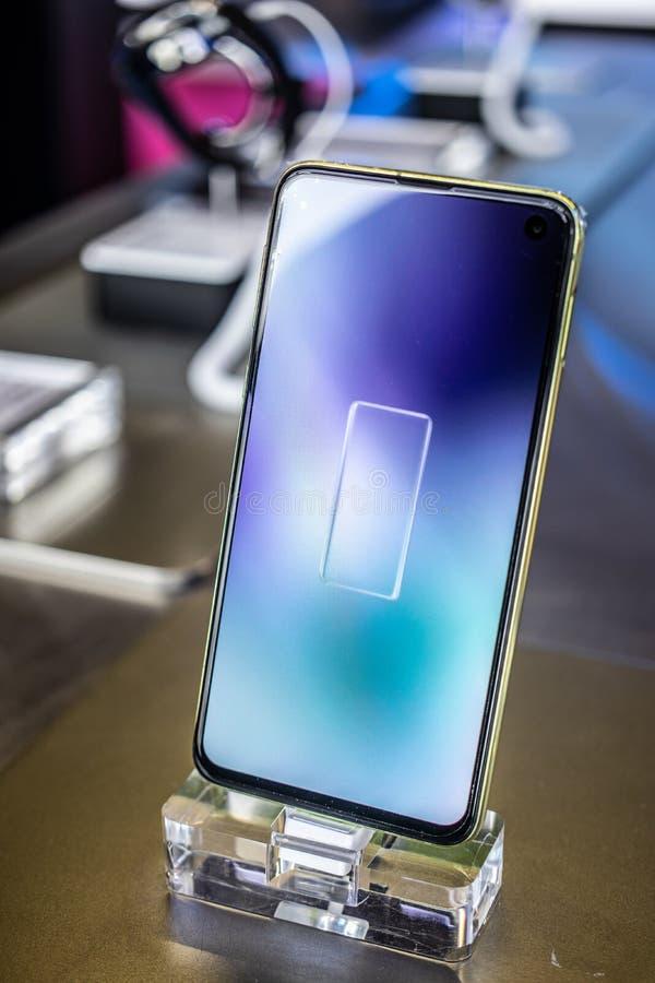 Samsung Galaxys10e smartphone, presentatieeigenschappen van Samsung S10e met Android bij Samsung-de toonzaal van het tentoonstell stock afbeeldingen