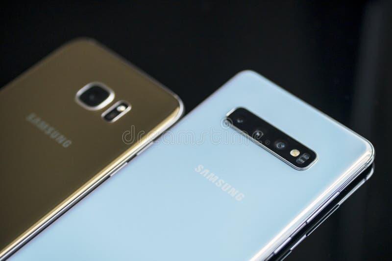Samsung Galaxysmartphone S10+ och S7 på tabellen royaltyfri fotografi