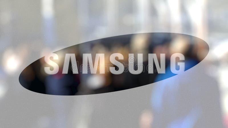 Samsung logo na szkle przeciw zamazanemu tłumowi na steet Redakcyjny 3D rendering ilustracji