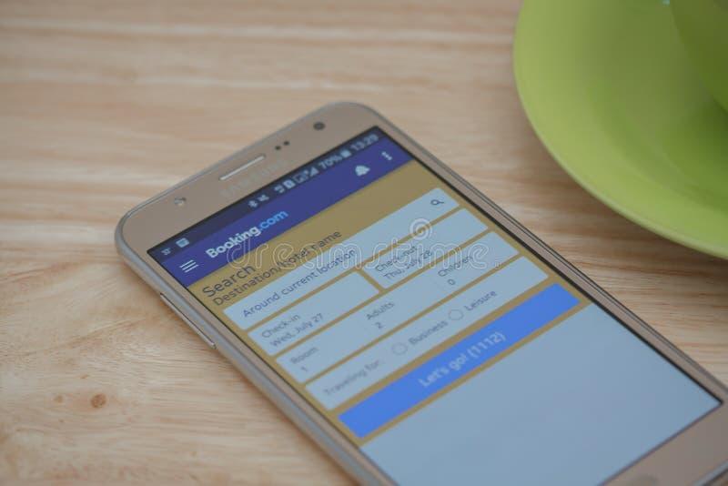 Samsung Mądrze telefon z rezerwacją com jest usytuowanym na ekranie, rezerwuje com jest popularnym onlinym rezerwacja hoteli/lów  zdjęcia royalty free