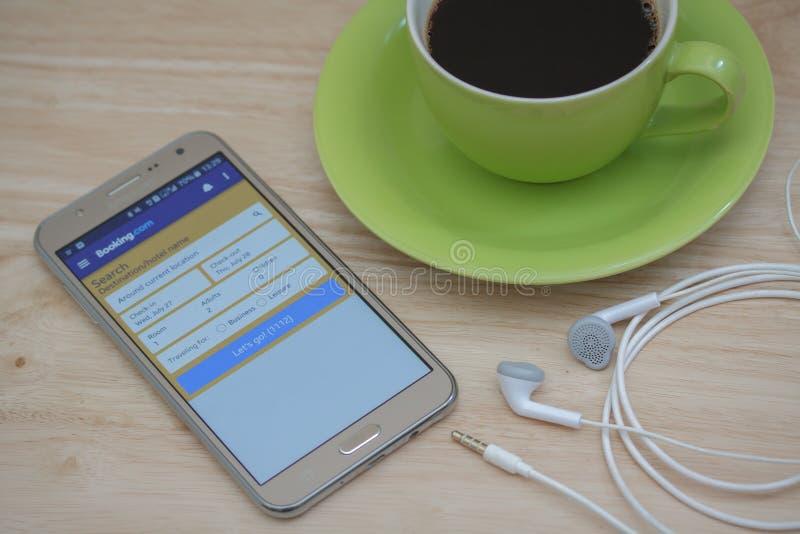Samsung Mądrze telefon z rezerwacją com jest usytuowanym na ekranie, rezerwuje com jest popularnym onlinym rezerwacja hoteli/lów  obraz royalty free