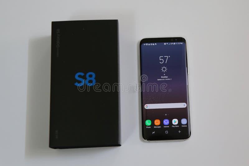 Samsung nyast telefongalax S8 som levereras nu för att försortera kunder arkivfoton