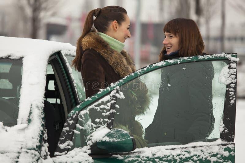 samtal av två vinterkvinnor royaltyfria bilder