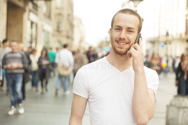 samtal för gata för mobil telefon för stadsman le royaltyfri foto